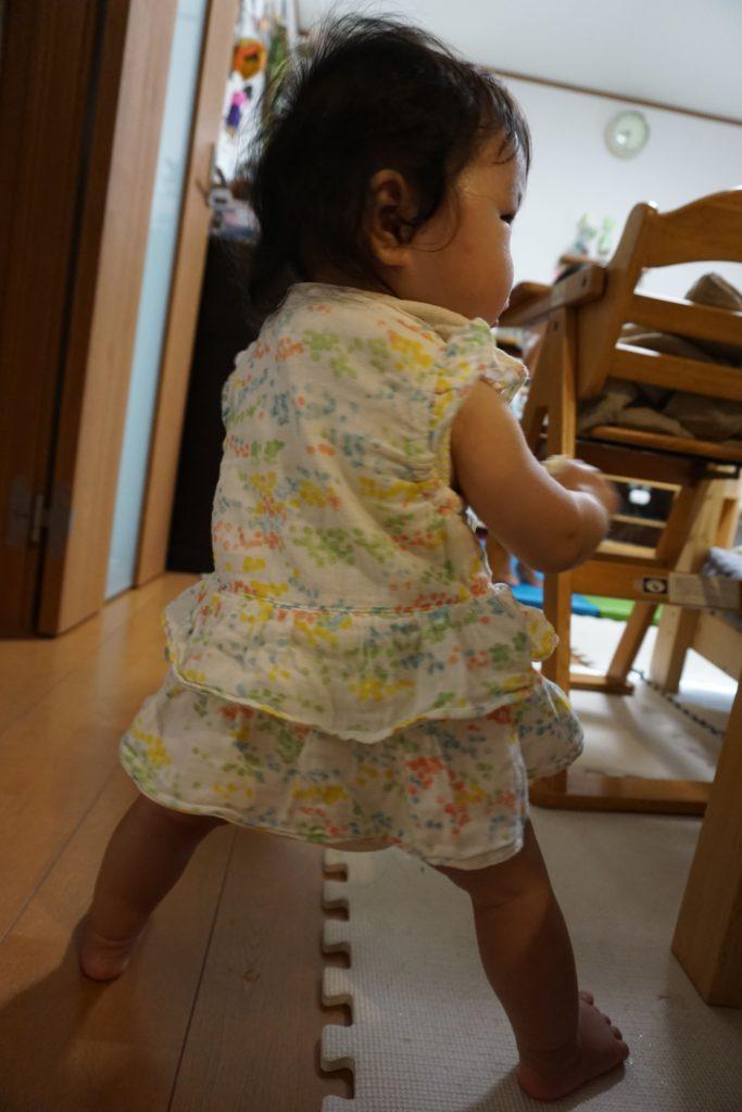 独り立ちする8ヶ月児
