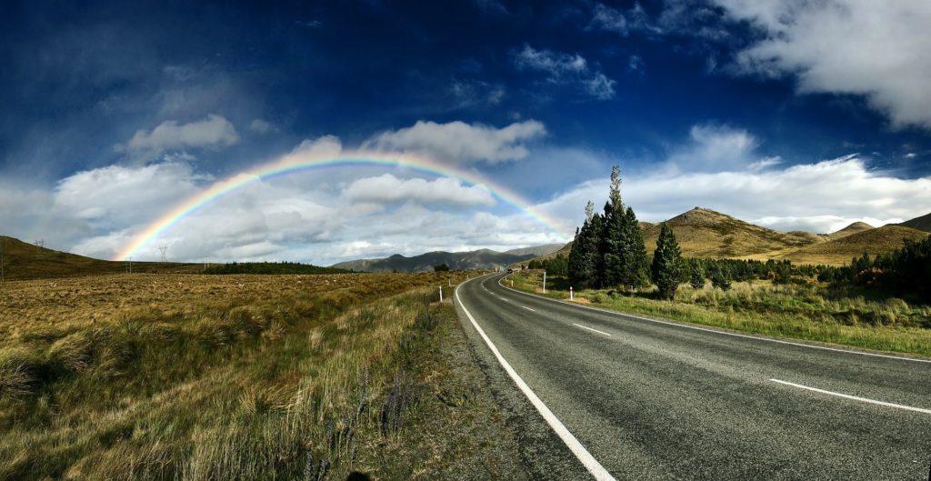 虹がかかる道