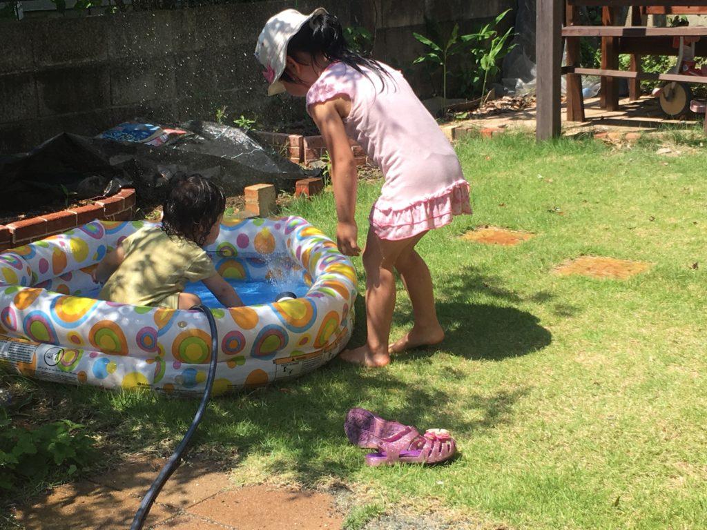 庭で水遊び
