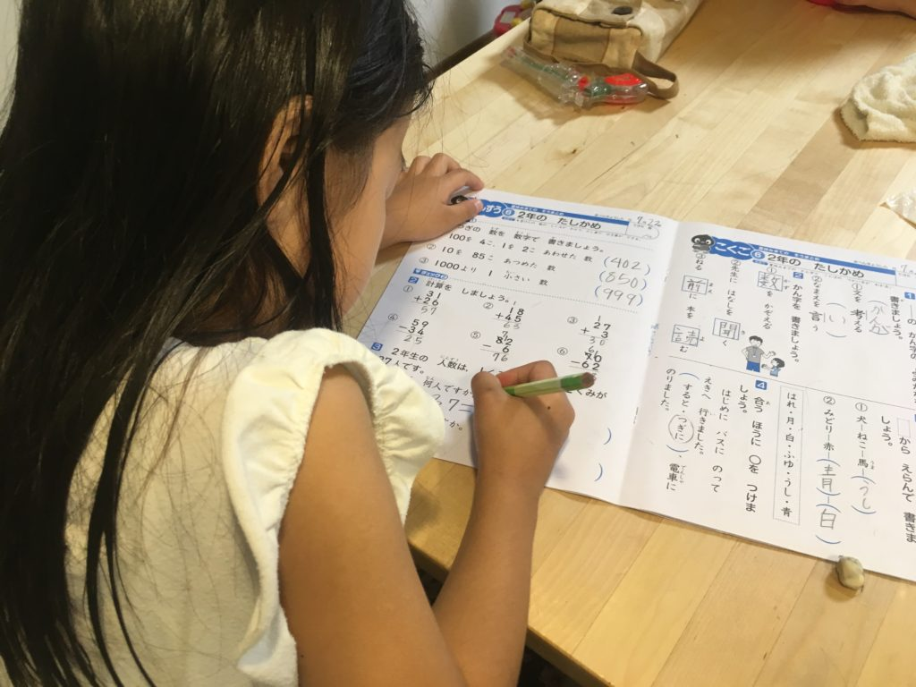 自分のペースで宿題をこなす長女さん