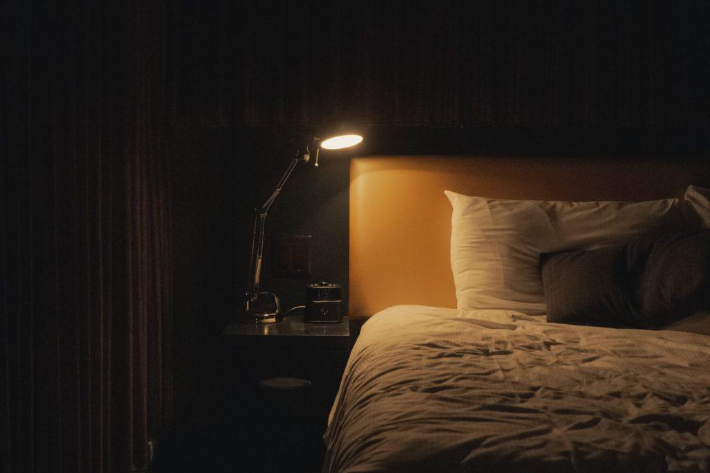 夜は暗くする